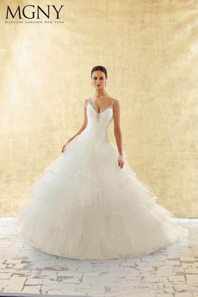 Vestito-da-sposa-scollo-a-V-con-spalline-gioiello-2016-Madeline-Gardner-New-York